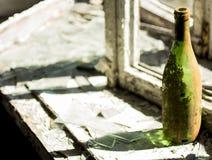 Flaskan på fönsterfönsterbrädan i ett övergett hus Royaltyfria Foton
