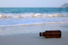 Flaskan på stranden Arkivfoton