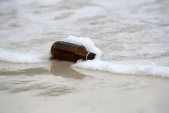 Flaskan på stranden Arkivfoto