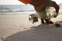 Flaskan på stranden Royaltyfri Bild