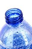 flaskan tappar vatten Royaltyfria Bilder