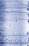 flaskan tappar vatten Arkivfoto