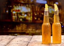Flaskor av öl med limefrukt Royaltyfri Bild