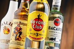 Flaskor av berömda globala rommärken Arkivfoto