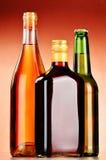 Flaskor av blandade alkoholdrycker inklusive öl och vin Arkivbild