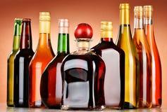 Flaskor av blandade alkoholdrycker inklusive öl och vin Royaltyfri Bild