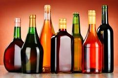 Flaskor av blandade alkoholdrycker inklusive öl och vin Arkivfoton