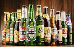 Flaskor av blandade globala ölmärken Royaltyfri Bild