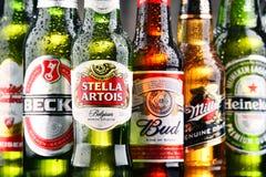 Flaskor av blandade globala ölmärken Royaltyfri Foto