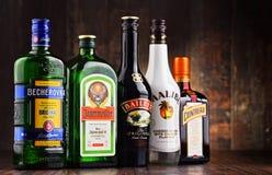 Flaskor av blandade globala likörmärken Arkivfoto
