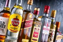 Flaskor av blandade globala märken för hård starksprit royaltyfria foton
