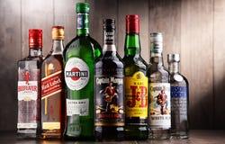 Flaskor av blandade globala starkspritmärken Arkivbild