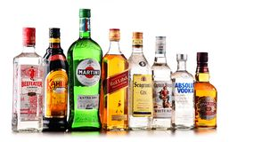 Flaskor av blandade globala starkspritmärken Royaltyfri Fotografi
