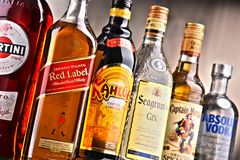 Flaskor av blandade globala starkspritmärken Royaltyfri Bild