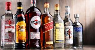 Flaskor av blandade globala starkspritmärken Arkivbilder