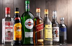 Flaskor av blandade globala starkspritmärken Royaltyfria Bilder