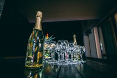 Flaskor av champagne och exponeringsglas arkivfoton