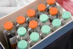 Flaskor av flytande i ett sjukhus Arkivfoto