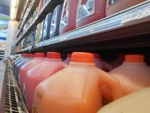 Flaskor av fruktfruktsaft i en supermarket Arkivfoton