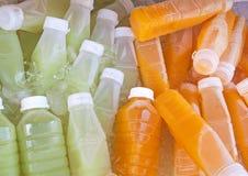 Flaskor av fruktfruktsaftar Arkivfoton
