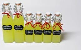 Flaskor av hemlagade Limcello royaltyfri foto