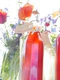 Flaskor av hemmet gjorde organisk fruktsaft Fotografering för Bildbyråer