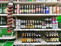 flaskor av inhemska och importerade öl Arkivbild