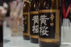 Flaskor av Japan starksprit på stången Arkivfoton