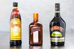 Flaskor av Kahlua, Cointreau och borggård Royaltyfri Bild