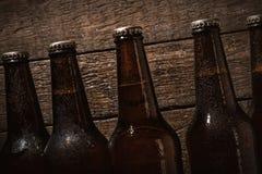 Flaskor av kallt öl Arkivfoto