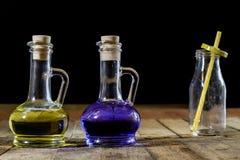 Flaskor av kulör flytande på ett träköksbord TräTabl Royaltyfria Foton