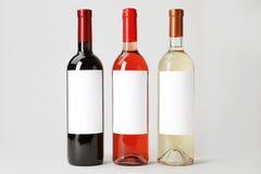 Flaskor av läckra viner med tomma etiketter Royaltyfri Foto