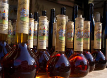 Flaskor av magisk dryck gjorde ljusare vid naturligt solljus Fotografering för Bildbyråer