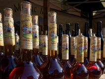 Flaskor av magisk dryck gjorde ljusare vid naturligt solljus Arkivfoto