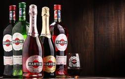Flaskor av Martini, berömd italiensk vermut Arkivfoton