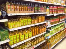Flaskor av matolja i en stormarknad Fotografering för Bildbyråer