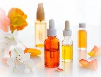Flaskor av nödvändiga aromatiska oljor Arkivfoton