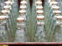 Flaskor av Nata de coco i sirap, väljer fokusen Arkivbilder