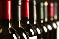 Flaskor av olika viner, closeup arkivfoton