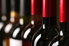 Flaskor av olika viner Dyr samling arkivbilder