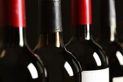 Flaskor av olika viner Dyr samling arkivfoton