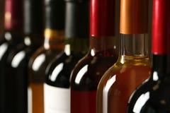 Flaskor av olika viner Dyr samling arkivfoto