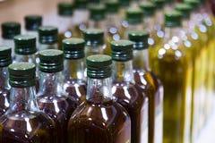 Flaskor av olivolja Arkivbilder