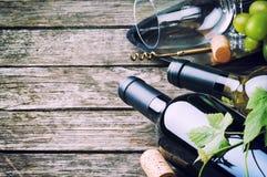 Flaskor av rött och vitt vin Arkivfoto