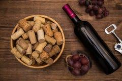 Flaskor av vin, exponeringsglas av vin, druvor och korkvin Royaltyfri Fotografi