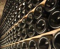 Flaskor av vin i en källare Royaltyfri Foto