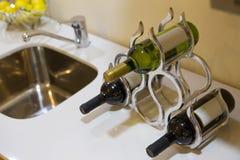 Flaskor av vin i en stilfull vinkugge Arkivbild