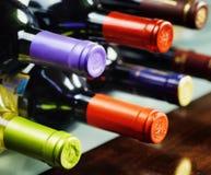 Flaskor av vin i en vinodling. Rött och vitt vin Royaltyfria Bilder