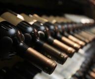 Flaskor av vin i rad arkivfoton