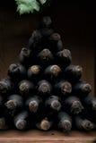 Flaskor av vin med långsiktig lagring Arkivfoton